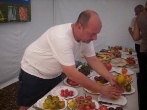 Emmanuel entrain de couper les tomates
