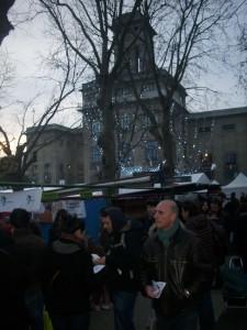Le soir tombe sur le VMA à Montreuil. Il y a toujours foule autour du stand